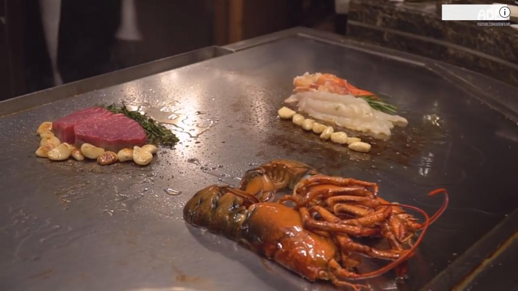 лобстер и вагю стейк в японском ресторане